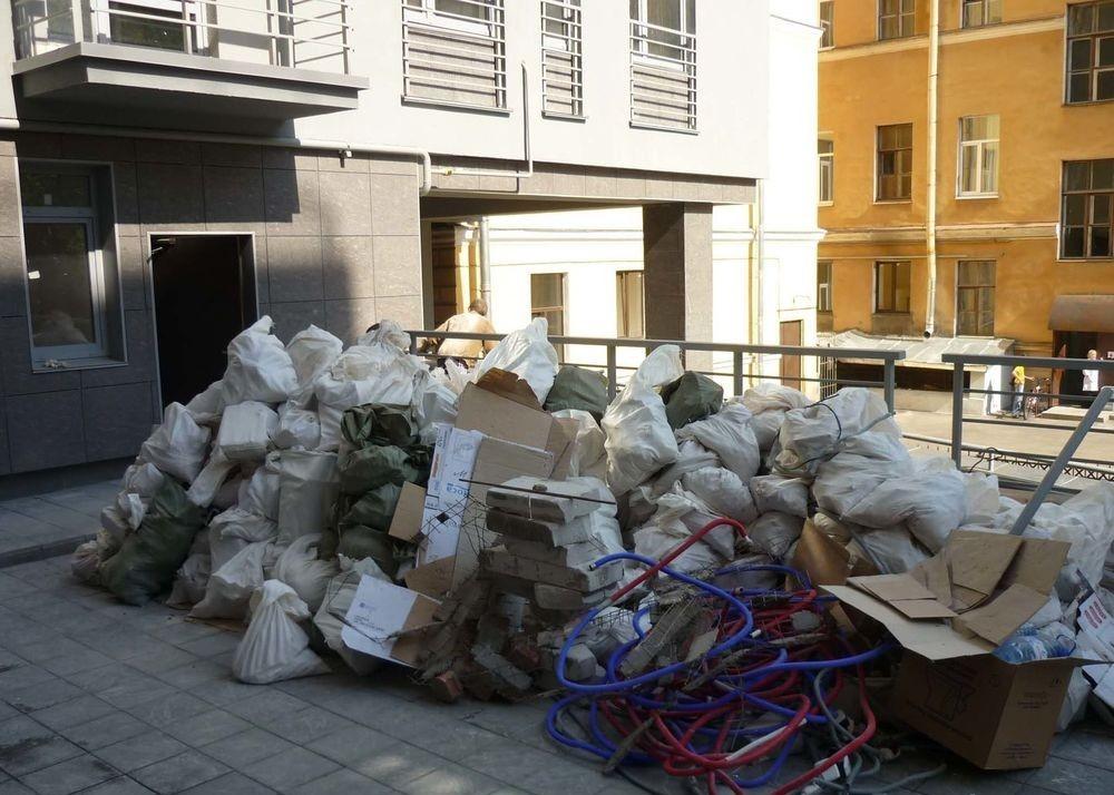 строительный мусор в подъезде