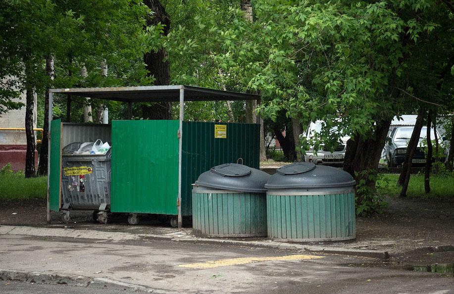 обычные мусорные баки и заглубленные