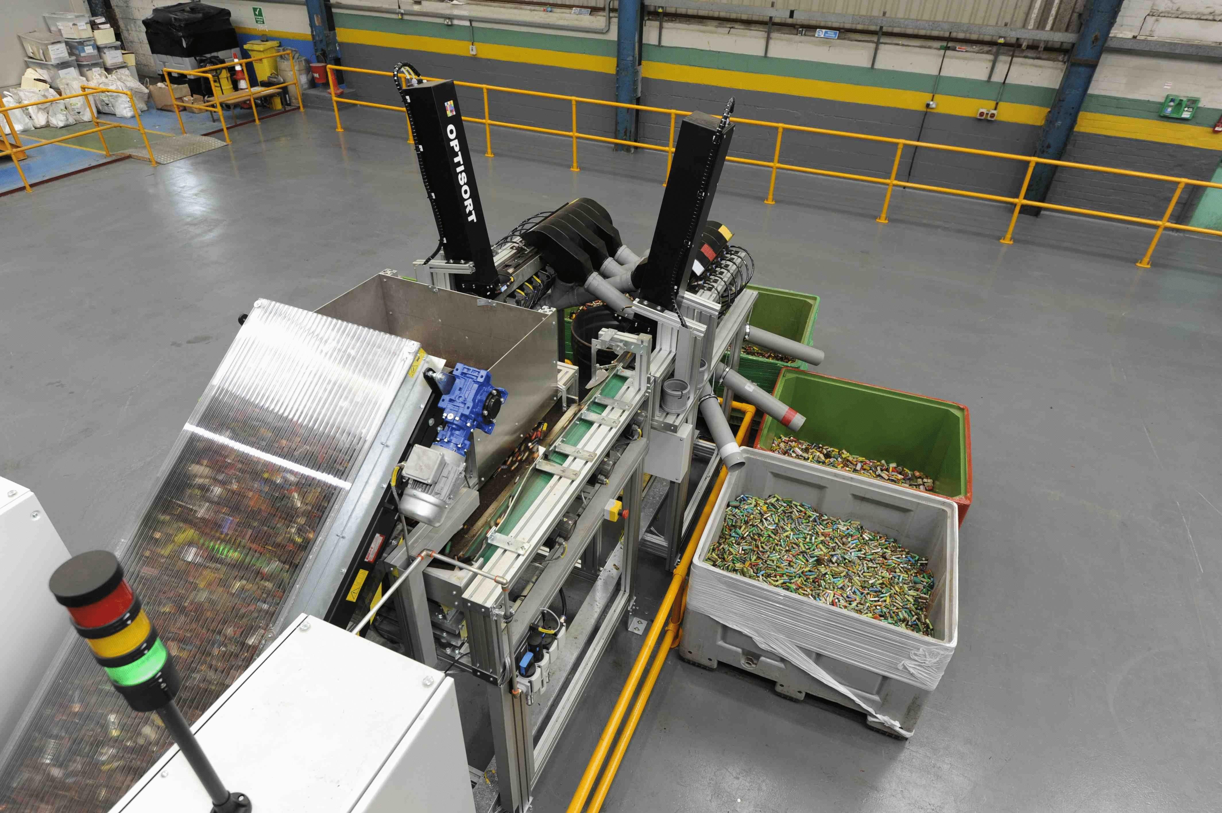 Сортировка использованных батареек перед утилизацией