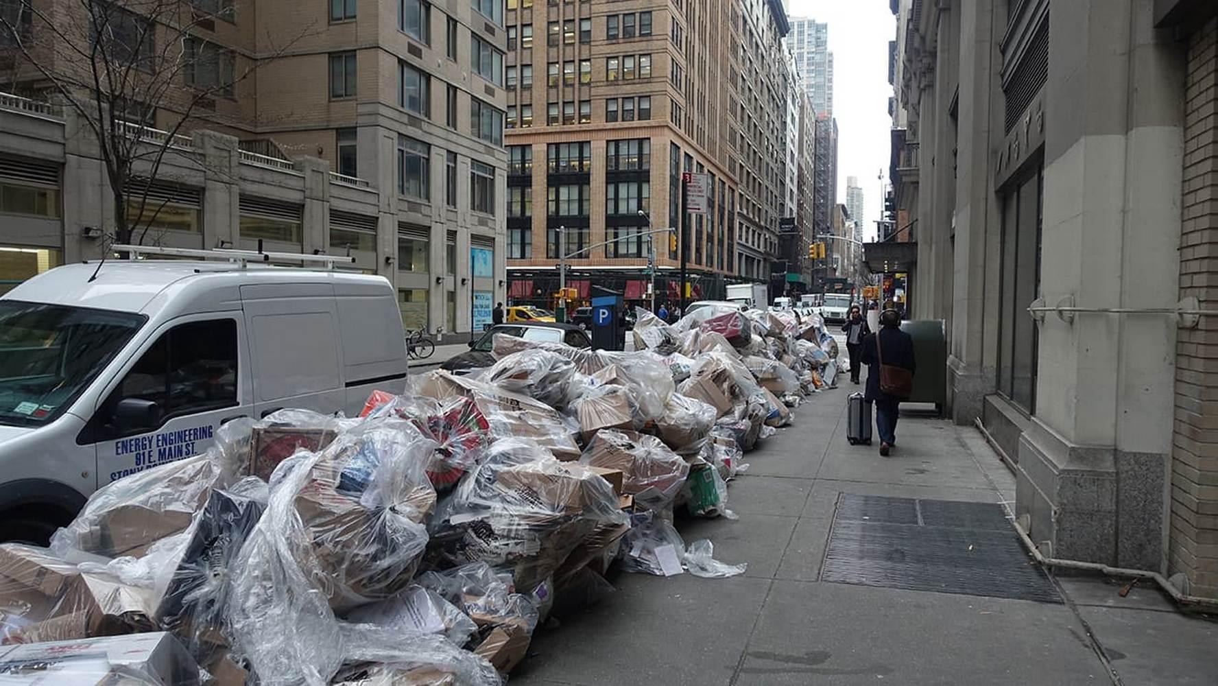 пакету с мусором на улицах сша