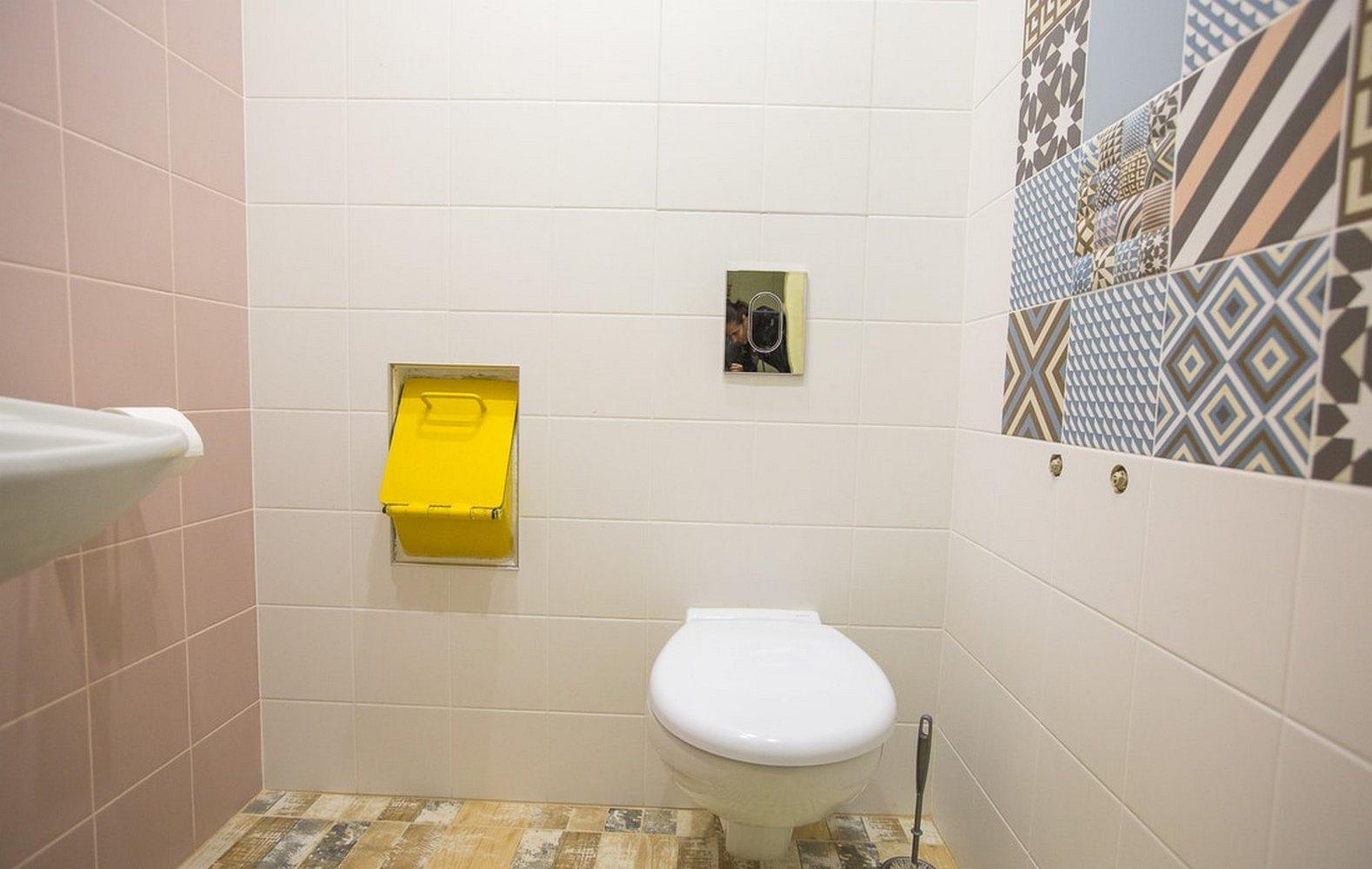 мусоропровод в туалете