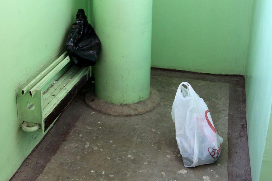 С проблемой мусорных мешков в местах общего пользования МКД жители сталкиваются ежедневно.