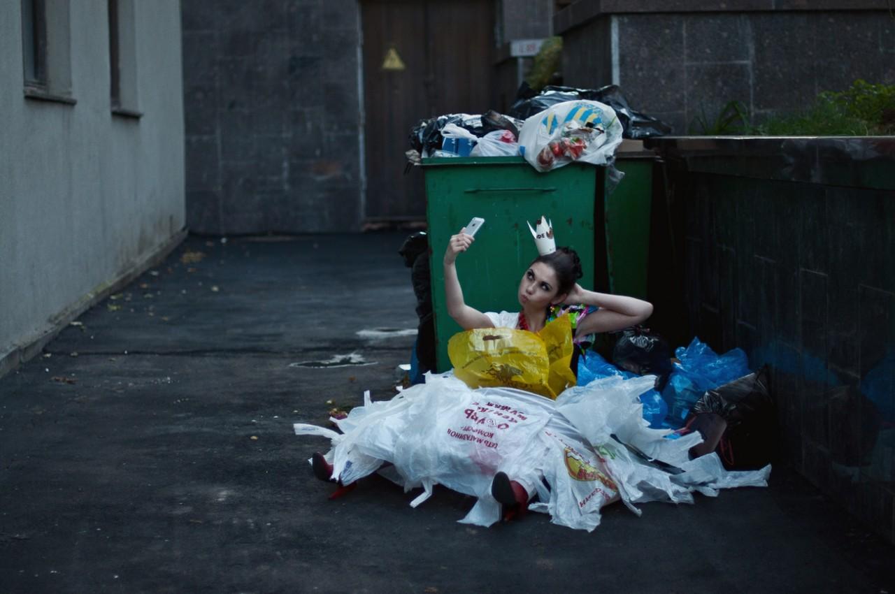 вынести мусор вечером
