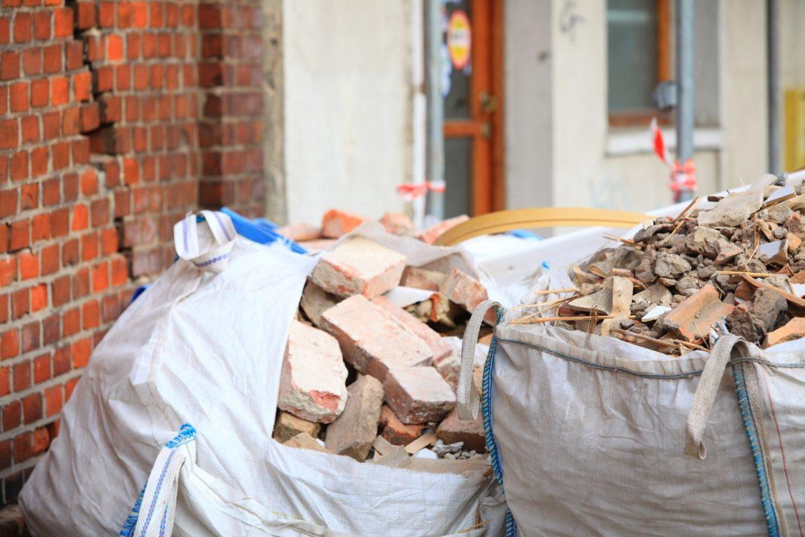 Несортированный мусор от сноса зданий
