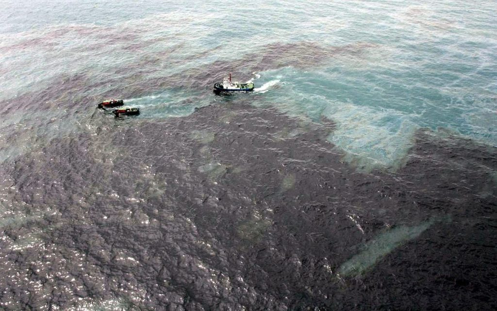 Разлив нефти в море фото