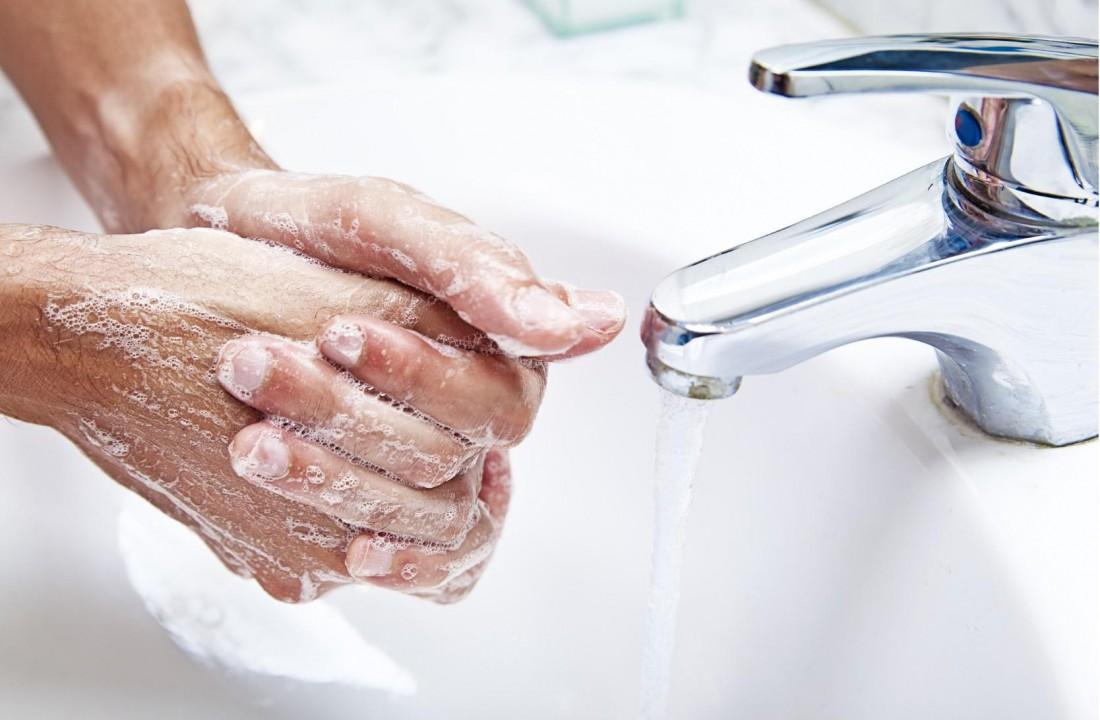 Чем разрешено очищать руки после работы?