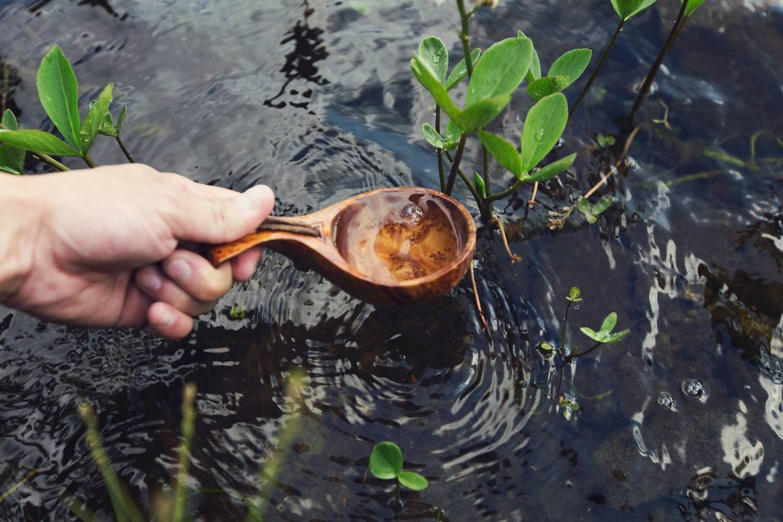 зачерпывание воды ложкой